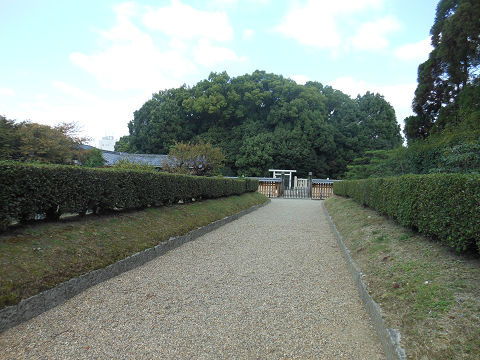 開化天皇陵「春日率川坂上陵」、三条通の入口から少し入ったところからの遠景 - ぶっちゃけ古事記