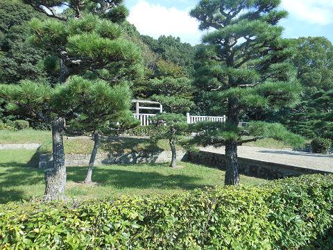 景行天皇陵「山邊道上陵」拝所左側から - ぶっちゃけ古事記