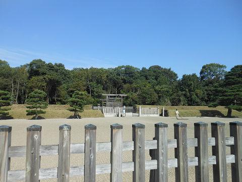 神武天皇陵の拝所、左側のショット - ぶっちゃけ古事記