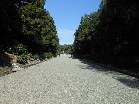 神武天皇陵の参道。拝所がようやく近づいてきたところ - ぶっちゃけ古事記