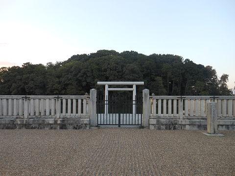 垂仁天皇陵「菅原伏見東陵」、拝所正面の近撮 - ぶっちゃけ古事記