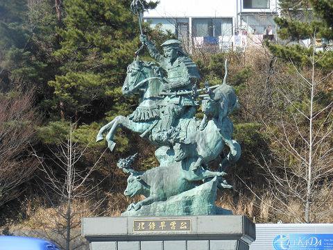 小田原駅西口ロータリーの北条早雲公の乗馬銅像
