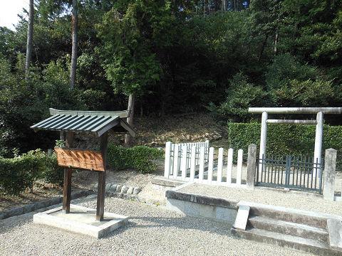 大山守命墓の拝所、宮内庁看板と墓本体 - ぶっちゃけ古事記