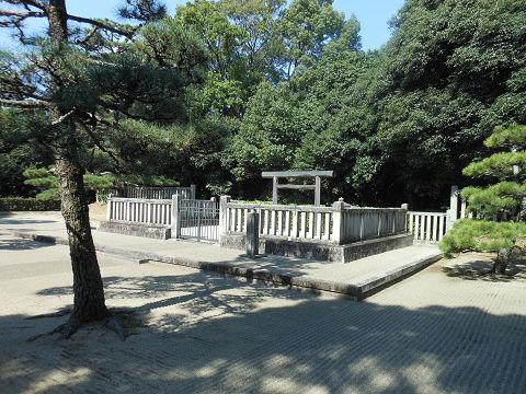 綏靖天皇陵の拝所、右側から撮影 - ぶっちゃけ古事記