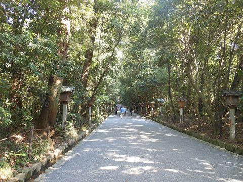 大神神社、二の鳥居をくぐった後の参道 - ぶっちゃけ古事記