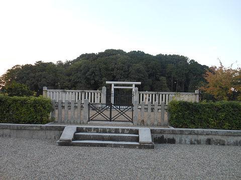垂仁天皇陵「菅原伏見東陵」、拝所正面 - ぶっちゃけ古事記