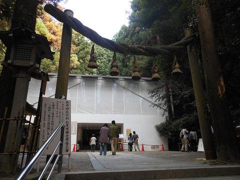狭井神社(拝殿はお屋根檜皮葺替工事中でした)