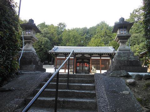 五社神古墳(奈良県、奈良市)、神功皇后陵「狹城楯列池上陵」近くにある山陵八幡神社の参道から拝殿を望む - ぶっちゃけ古事記