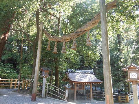 大神神社の拝殿前、南側の出口から手水舎を望む - ぶっちゃけ古事記