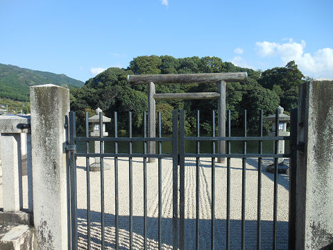 崇神天皇陵「山邊道勾岡上陵」拝所から陵墓本体を望む - ぶっちゃけ古事記