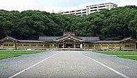 福岡縣護國神社 - 福岡市街地の中心に広大な緑が残る、高さ13メートルのヒノキ製大鳥居
