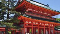 平安神宮 - 明治期、平安京遷都当時の大内裏を復元、平安京最初と最後の天皇を祀る