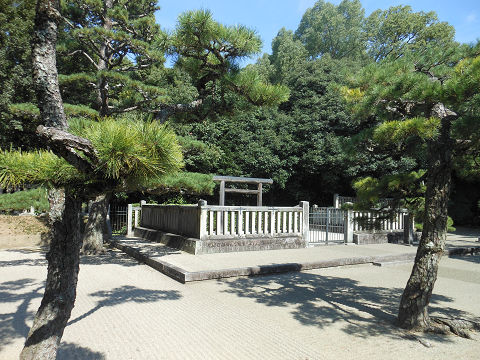 綏靖天皇陵の拝所、左側から撮影 - ぶっちゃけ古事記