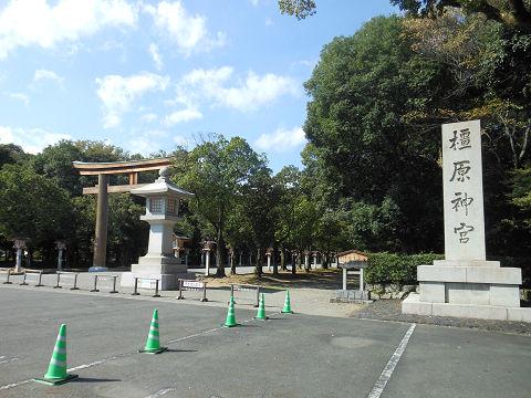 橿原神宮の正面の碑と鳥居 - ぶっちゃけ古事記