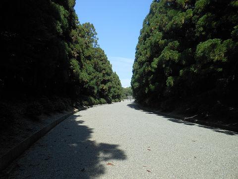 神武天皇陵の参道。拝所がはるか彼方に望めるぐらいのところ - ぶっちゃけ古事記