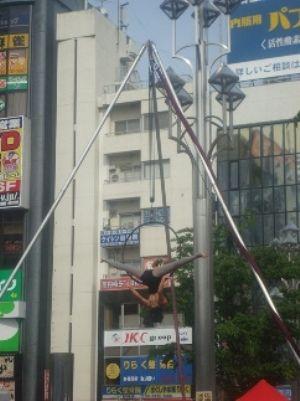 高円寺びっくり大道芸-空中ブランコ