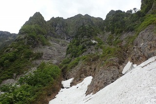 s-70雪渓より上部(コップ上岩壁)を望むP6061370