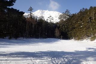 s-06-結氷し雪の積もったミドリ池と天狗岳P2211423