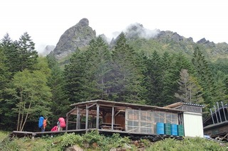 P9012679赤岳鉱泉小屋と大同心-s
