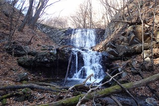 s-PB121622石積みの堰堤と滝