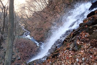 s-PB121618雄滝を左岸巻道から臨む