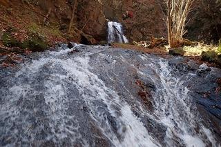 s-PB121586 3段10m滝を登る先行パーティ
