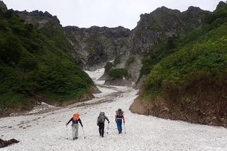 s-04雪渓を行くP6061237