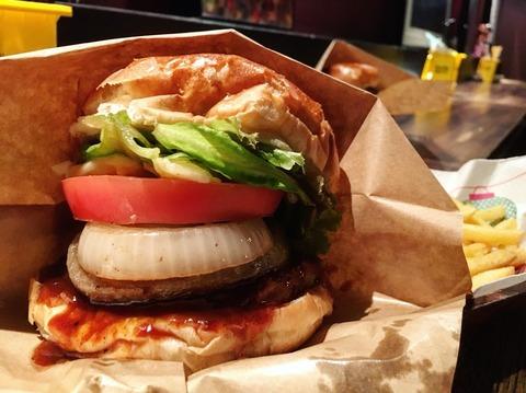 ディープな街の中にも美味いハンバーガー見ーっけ!〜kiitos(東新宿)〜