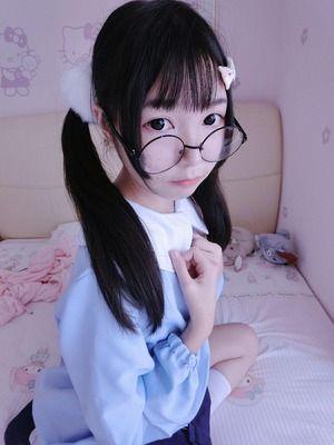 このメガネロリ美少女が縞パン履いた股間を自撮りで晒してますwww