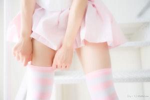 ピンクの縞しまニーハイの絶対領域エロス画像!