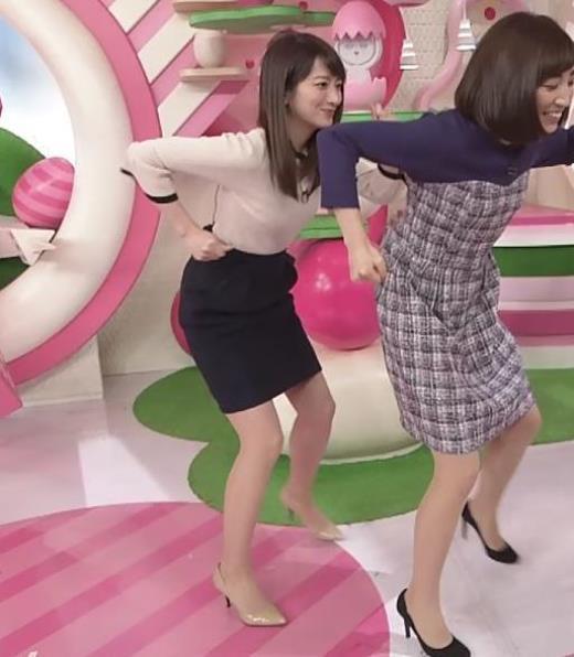 笹崎里菜アナ タイトスカートで脚を開いてパツパツ