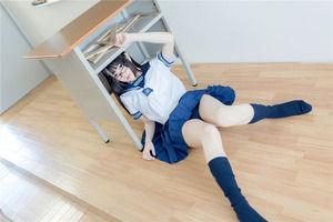 制服美少女のすべすべ太ももと紺ソックス!透明感がステキですなぁ!