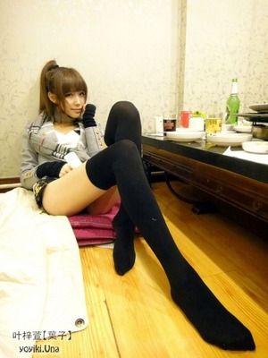 【ニーソLOVE】黒ニーソ美脚で絶対領域なオシャレお嬢さん画像www