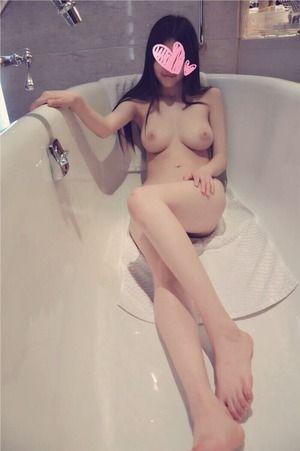 リアリティがエロスを醸し出す素人娘のおっぱい自撮り&ヌード画像!