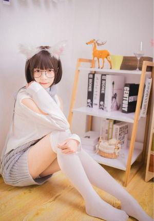 これはアリ!童貞を殺すセーターをキュートに着こなすメガネ美少女現る!
