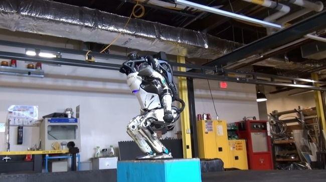ついにバク宙を決める人型ロボットが登場!!頭脳でも身体能力でもロボットに負ける俺って一体・・・