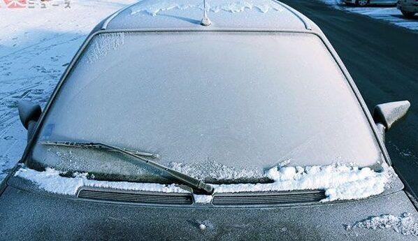 アレを使うだけで簡単に車の「霜対策」ができると話題に!雪国暮らしの人は一度試してみて!