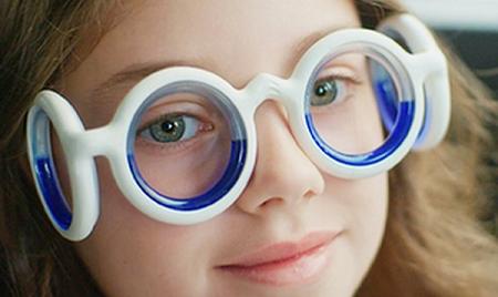 【朗報】海外で人気の、車酔いを解消するメガネ『シートロエン』が本日より日本でも発売!気になるお値段は・・・www