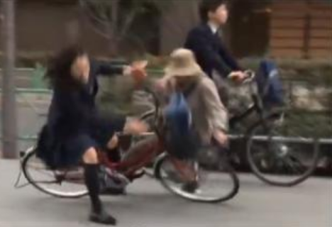 【ニュース】女性に自転車衝突・小学生?の子供「ごめんなさい」と言って泣きながら立ち去る