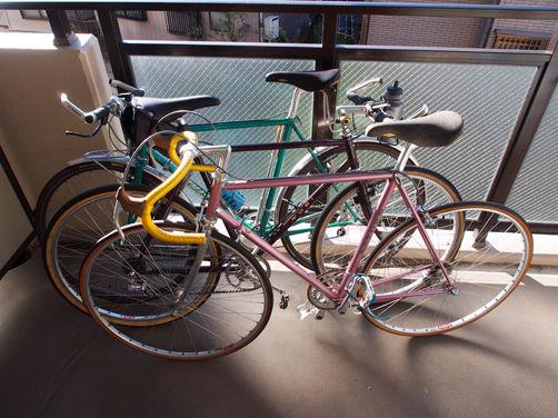 放置自転車と床の間自転車