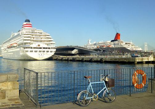 束の間のサイクリング時間で廃線巡りと大型客船見学