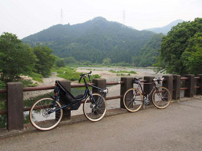 中津川と愛川町の河岸段丘を走る