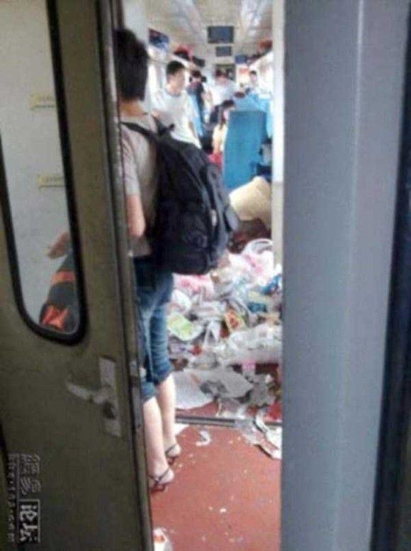 中国の電車の車内がきたない9