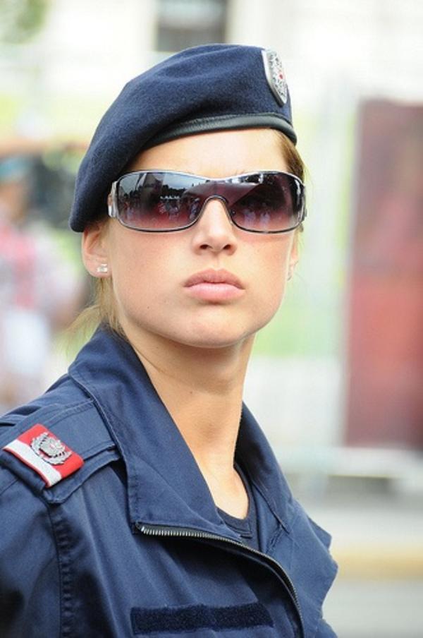 美しい女性警察官2
