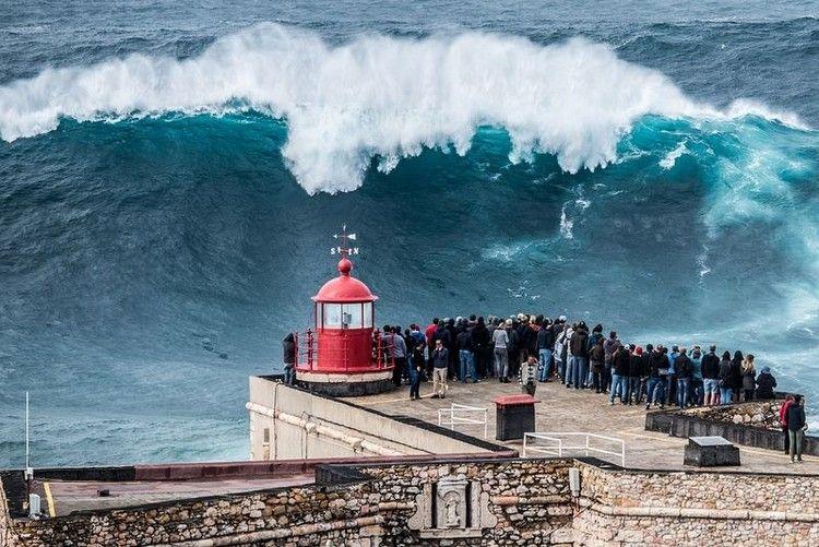 大津波でサーフィン2