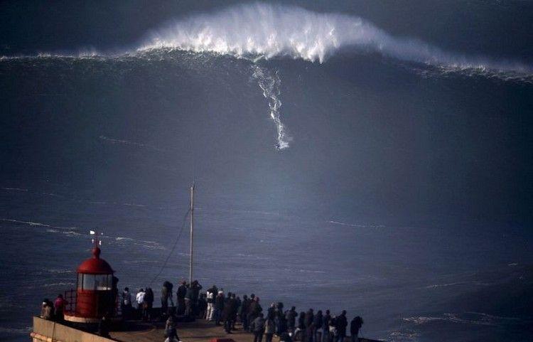 大津波でサーフィン6