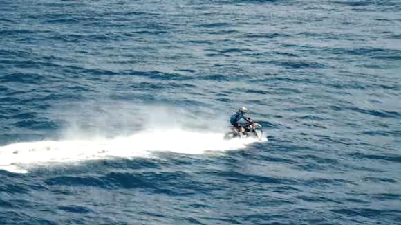 バイクでサーフィン6
