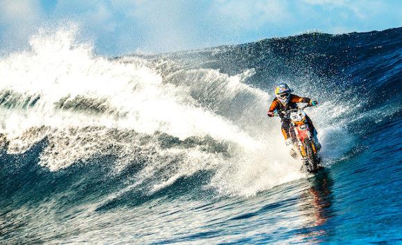 バイクでサーフィン