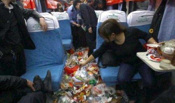 中国の電車の車内がきたない4