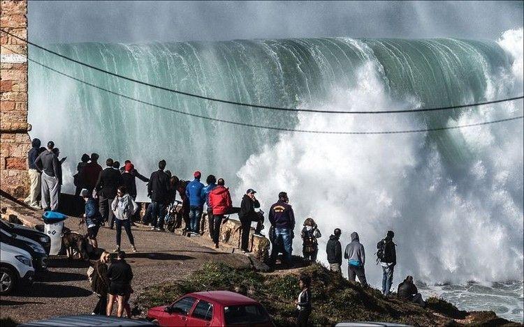 大津波でサーフィン9